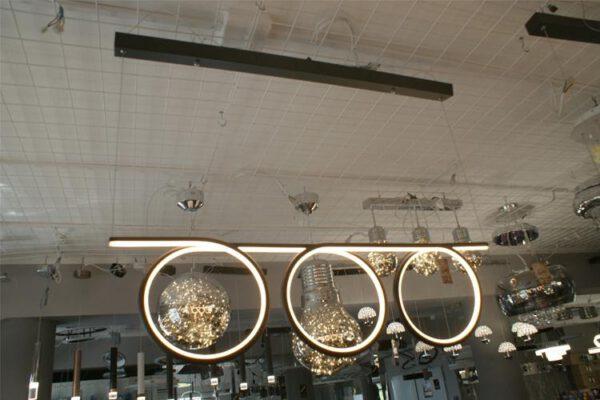 Lampa, która składa się z okręgów przymocowanych do cienkiej belki