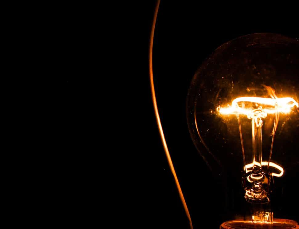 Świecąca żarówka w ciemności