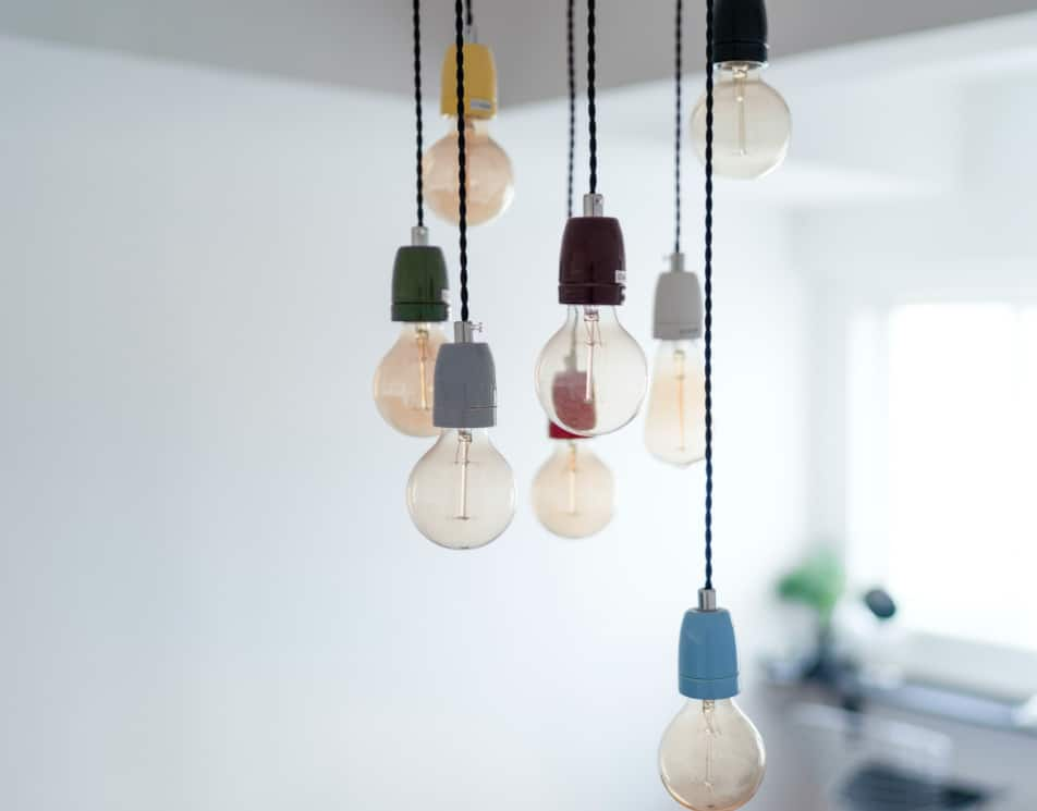 Widok lamp sufitowych, które nie posiadają kloszy