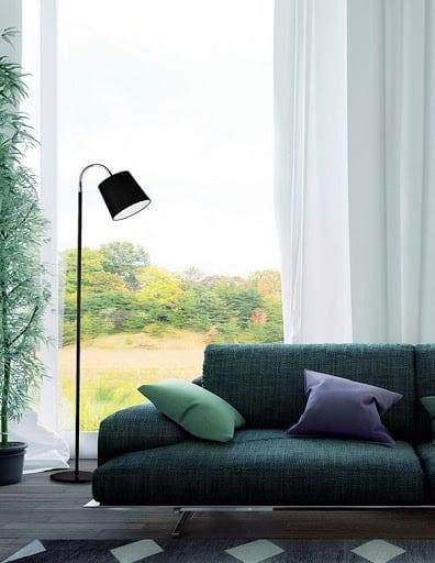 Widok wnętrza pokoju z lampą podłogową w kolorze czarnym
