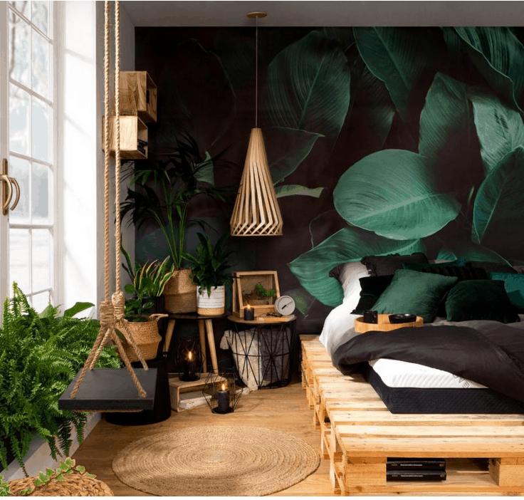 Widok pomieszczenia z tapetą ścienną o tematyce roślinnej