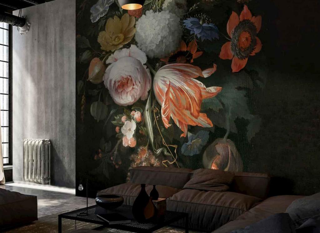 Widok pomieszczenia, która posiada tapetę ścienną w kwiaty